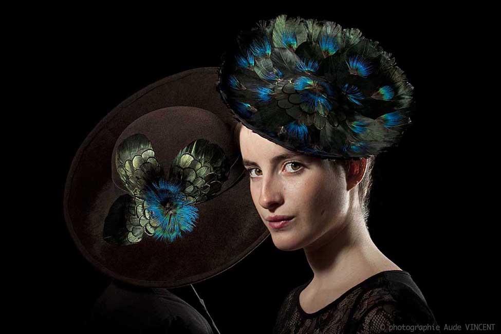 Photographie de chapeaux en plumes de paon et de nageoire d'oie créés par Marika Chapka