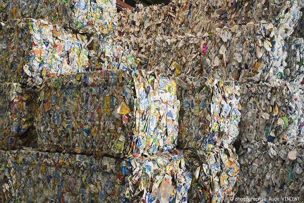 Used – Scrap – Cartons en balles ou ballots de cartons à recycler, centre de tri des déchets.
