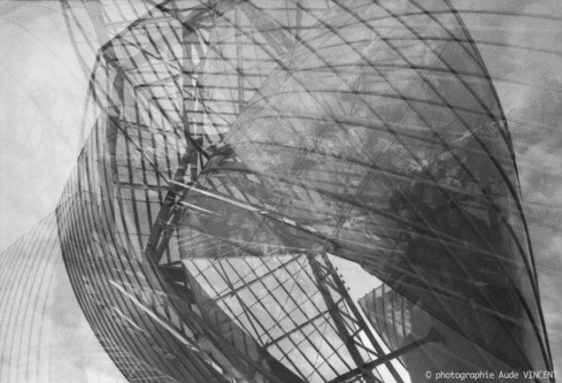 """Photographie d'auteur argentique noir et blanc extraite de la série """"Paris, Paris, Paris, la ville lumière sans cliché"""" de la photographe française et parisienne Aude VINCENT. Fondation d'entreprise Louis Vuitton, située au Jardin d'acclimatation, da"""