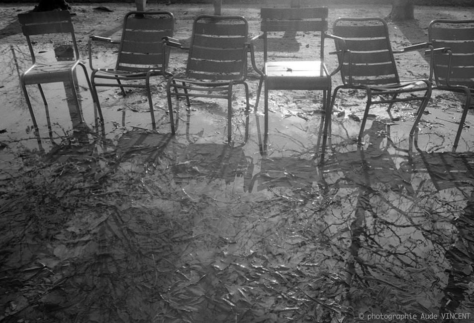 """Photographie d'auteur argentique noir et blanc extraite de la série """"Paris, Paris, Paris, la ville lumière sans cliché"""" de la photographe française et parisienne Aude VINCENT.  Jardin des Tuileries, situé dans le 1er arrondissement à Paris."""