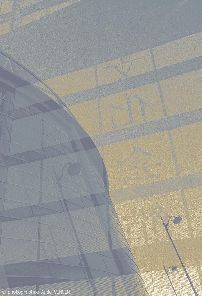 """Photographie d'auteur argentique noir et blanc extraite de la série """"Paris, Paris, Paris, la ville lumière sans cliché"""" de la photographe française et parisienne Aude VINCENT.  La Maison de la culture du japon à Paris, située quai Branly sur la rive"""