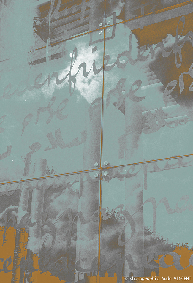 """Photographie d'auteur argentique noir et blanc extraite de la série """"Paris, Paris, Paris, la ville lumière sans cliché"""" de la photographe française et parisienne Aude VINCENT. Le Mur pour la Paix, sur le champs de Mars à Paris."""