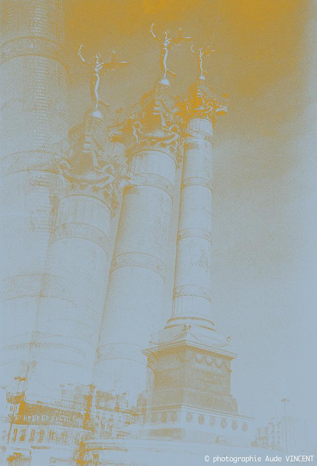 """Photographie d'auteur argentique noir et blanc extraite de la série """"Paris, Paris, Paris, la ville lumière sans cliché"""" de la photographe française et parisienne Aude VINCENT.  Le Génie de la Bastille et la colonne de juillet, place de la Bastille, P"""