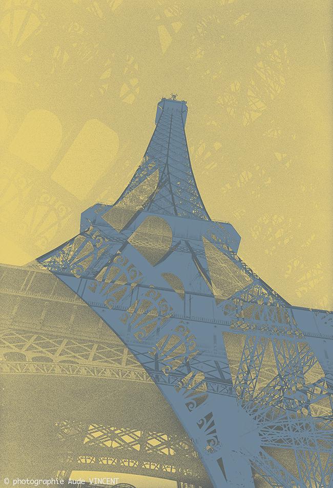 """Photographie d'auteur argentique noir et blanc extraite de la série """"Paris, Paris, Paris, la ville lumière sans cliché"""" de la photographe française et parisienne Aude VINCENT.La Tour Eiffel à Paris."""