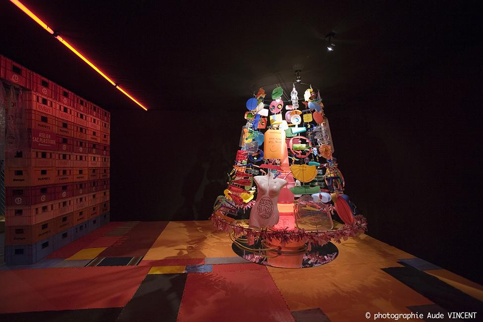 Used – Scrap – Une vie après la poubelle – Une seconde chance aux objets – Gamme couleur avec objets-rebus recyclés.