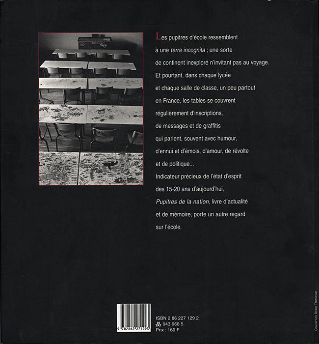 """photographie en noir & blanc extraite de la série """"Les pupîtres de la nation"""" : les graffitis laissés sur les tables d'école par les lycéens. 4 ème de couverture du livre """"Pupitres de la nation"""""""