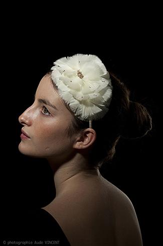 Photographie d'un serre tête en plume créé par Marika Chapka