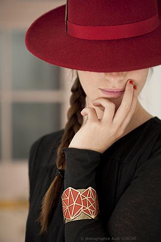 Photographie du chapeau Les Batignolles et d'une manchette Charlottenburg créé par Marika Chapka.