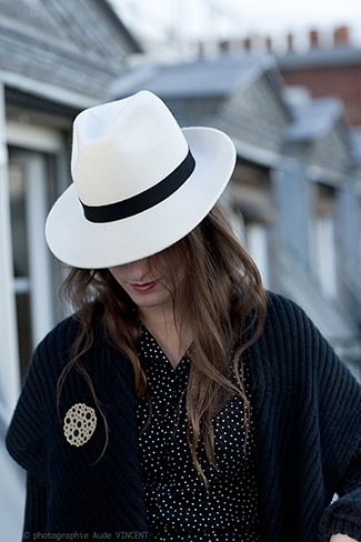 Photographie du chapeau Saint-Germain et de la broche Mayfair créés par Marika Chapka