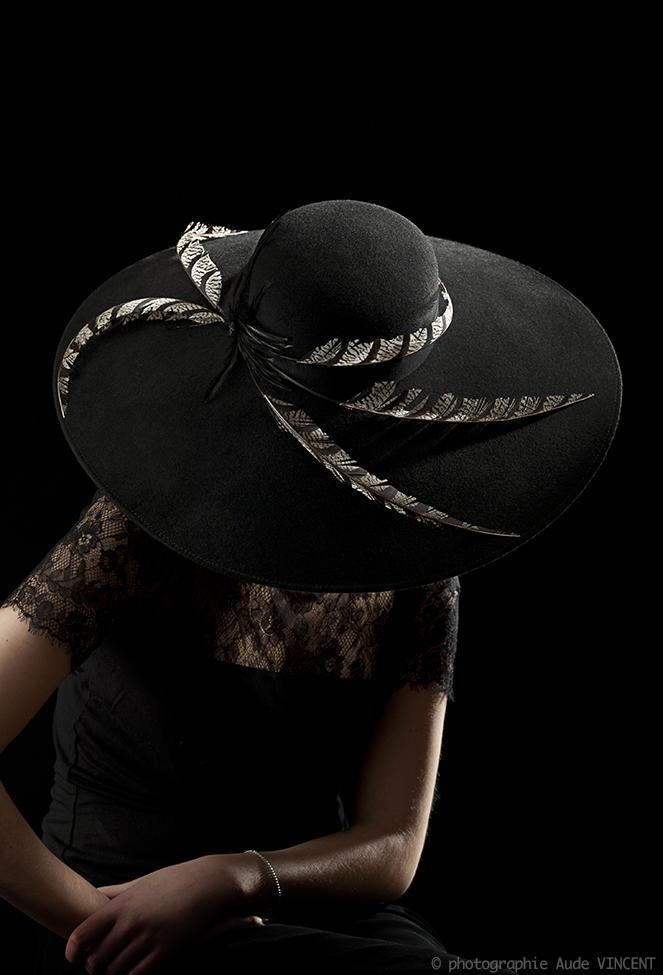 Photographie d'un chapeau avec des plumes de faisans créé par Marika Chapka